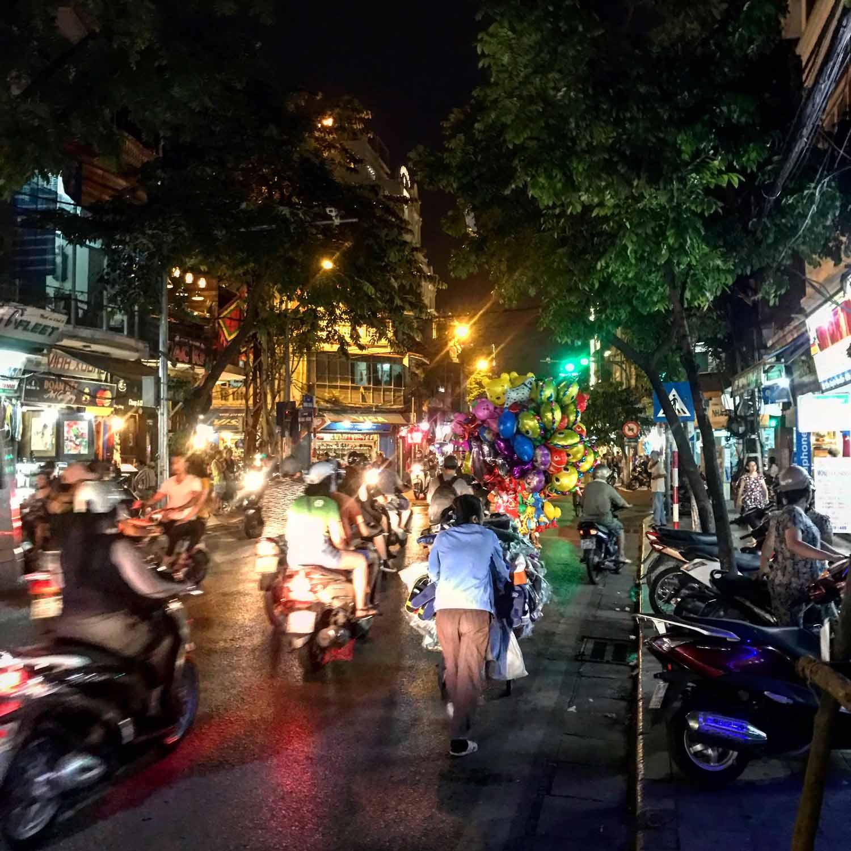 Drukte op straat in Hanoi