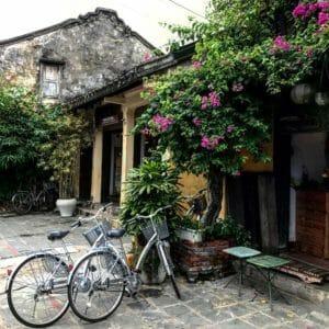 hoi-an-fietsen-kleuten-bloemen